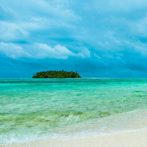 maalifufushi-by-como-beach-with-clear-water