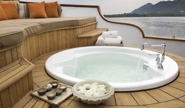 26_jiva_spa_boat_on_lake_pichola_-_taj_hotels
