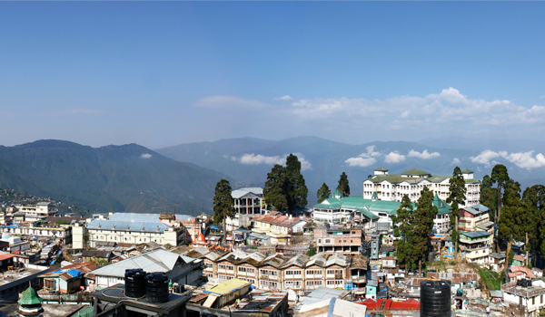 darjeeling-images_darjeeling-panorama_credit-dmitriy-tereschenko_istock_thinkstock-http___www-thinkstockphotos-co-uk_image_stock-photo-panoramic-photo-of-darjeeling-himalayas_99537177