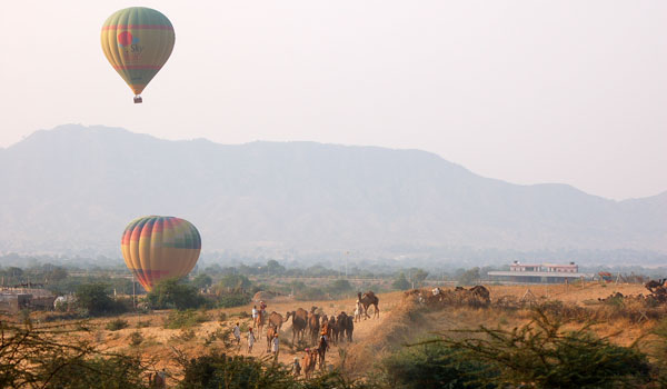 The best way to drink in Rajasthani views? By hot air balloon, of course © Bijoliane/Flickr